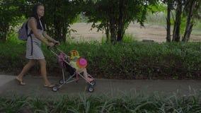走与孩子的妇女在旅馆公园  股票录像