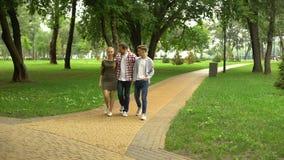 走与少年儿童的关心的父亲在公园,家庭周末户外 股票录像