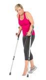 走与拐杖的健身妇女 免版税库存照片