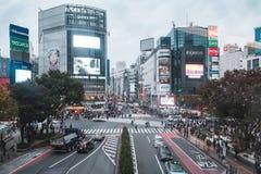走与拥挤交通的步行者在涩谷横穿正方形 库存照片