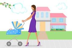 走与摇篮车的婴孩的美丽的妇女 免版税库存照片
