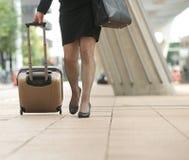 走与旅行的女实业家在城市请求 免版税库存图片