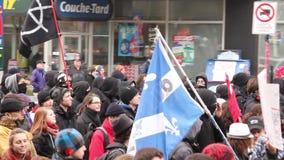走与旗子的被掩没的无政府主义者抗议者 股票视频
