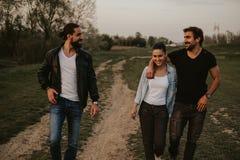 走与朋友的夫妇本质上和微笑 库存照片