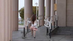 走与柱子的舷梯的女孩在背景中 股票视频