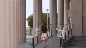 走与柱子的舷梯的女孩在背景中 股票录像