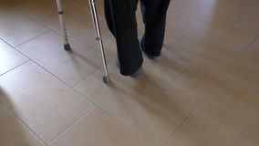 走与步行者援助的残疾人 股票视频