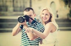 走与照相机的夫妇 免版税库存照片