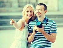 走与照相机的夫妇 库存照片