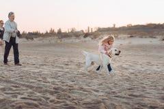 走与狗的祖父母和孙女 免版税库存图片