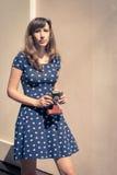 走与老影片照相机的年轻行家女孩 库存照片