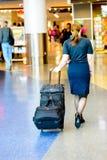 走与行李的乘客在机场 免版税图库摄影