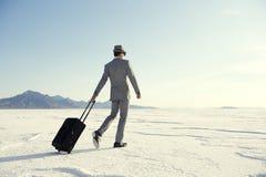 走与行李的旅行的商人 图库摄影