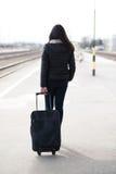 走与袋子的一名旅行的学生妇女的画象 库存图片