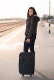 走与袋子的一名旅行的学生妇女的画象 库存照片
