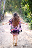走与被伸出的胳膊的长发女孩 免版税库存照片