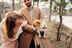 走与起重器罗素狗狗一起的年轻愉快的浪漫夫妇在秋天 图库摄影