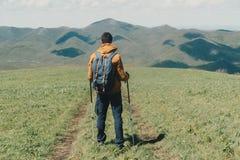走与迁徙的杆的人 免版税库存图片