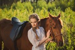 走与马的妇女在森林里 库存图片
