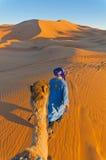 走与骆驼的巴巴里人在尔格Chebbi,摩洛哥 免版税库存图片