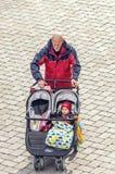 走与婴儿推车的人孩子 免版税库存照片