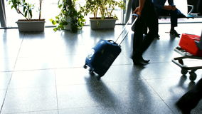 走与他们的行李的通勤者 股票视频
