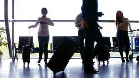 走与他们的行李的通勤者 股票录像
