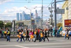 走与baloons,莫斯科市的学员 库存图片