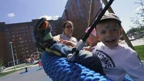 走两个愉快的母亲和享用与孩子夏天晴天 股票录像
