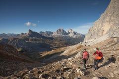 走两个的登山人在白云岩的Mondeval地区 免版税库存图片