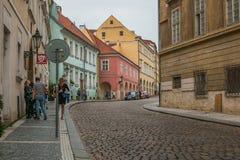 走为布拉格街道的人们集中 免版税库存照片