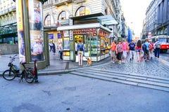 走人的在拥挤的街过去快餐的两个方式 免版税库存照片