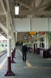 走入火车站的人们 图库摄影