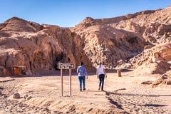 走入阿塔卡马` s Caverna de Sal盐洞吸引力的游人在智利 免版税库存图片