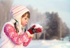走冬天的女孩户外 免版税库存图片