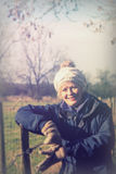 走出去在乡下的美丽的妇女 免版税库存图片