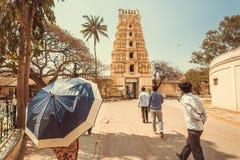 走到传统印地安gopuram - tample门塔的印度人民  库存图片