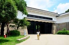 走到里面大阪宫殿的旅客泰国妇女 库存照片