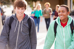 走到高中的两名男学生 免版税库存图片