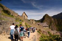 走到主闸的游人 Machu Picchu 秘鲁 免版税图库摄影