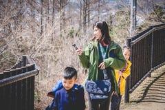 走到Chureito塔寺庙的旅游家庭观看富士山 免版税库存照片