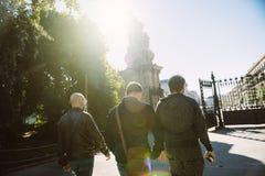 走到Parc de la C的出口的三个年轻男性朋友 库存照片