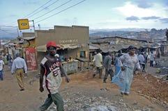 走动在坎帕拉镇旁边区的人们  库存图片