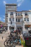 走动在著名Rothschild Bou的大厦和人们 免版税图库摄影