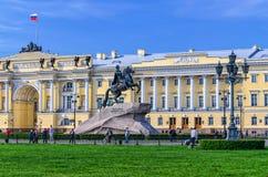 走动的彼得大帝和的人古铜色御马者骑马雕象  库存图片