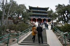走台阶的人们到亭子在景山公园 图库摄影