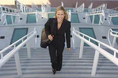 走台阶的女实业家 免版税库存照片