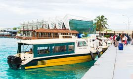 走向乘快艇的游人易卜拉欣・纳西尔国际机场  免版税库存图片