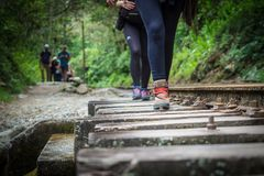 走向从水力发电站的马丘比丘的徒步旅行者 库存图片