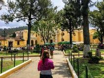 走向伊格莱西亚de拉梅尔塞的一个年轻游人,在安地瓜 免版税库存照片
